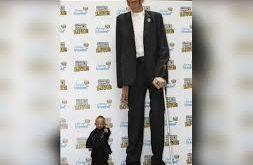 صوره اطول رجل في العالم , كيف يعيش اطول رجل في العالم