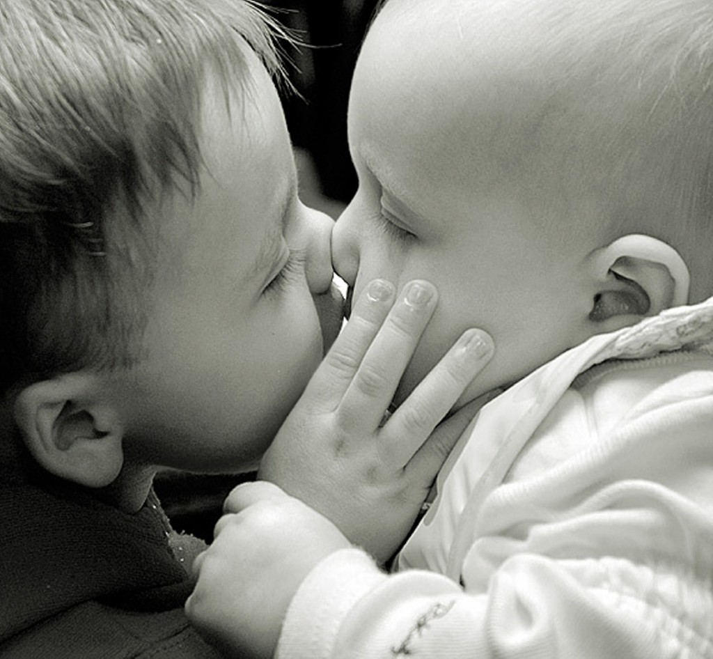 صور صور احضان وبوس , خلفيات جميله لاحضان الاطفال