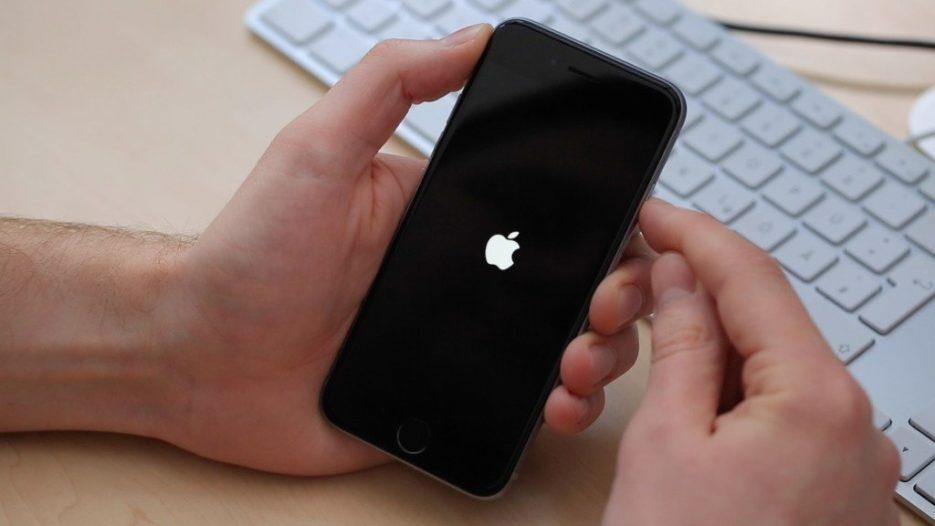 صورة حل مشكلة تعليق الايفون على التفاحة , افكار للتخلص من عطل الايفون عند شعار التفاحه